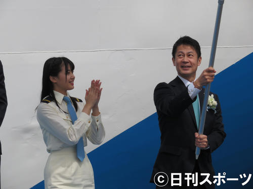 旗を振る湯崎英彦広島県知事(右)に拍手する瀧野由美子(撮影・横山慧)