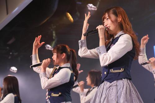 101日ぶりの劇場公演出演で笑顔を見せるNGT48山口真帆(右)(C)AKS