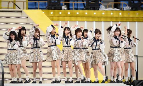 メインステージで熱唱するAKB48チーム8選抜(撮影・横山健太)