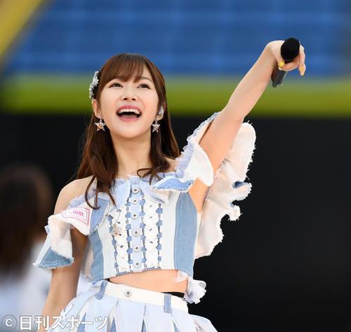 観客を盛り上げるHKT48の指原莉乃(撮影・横山健太)