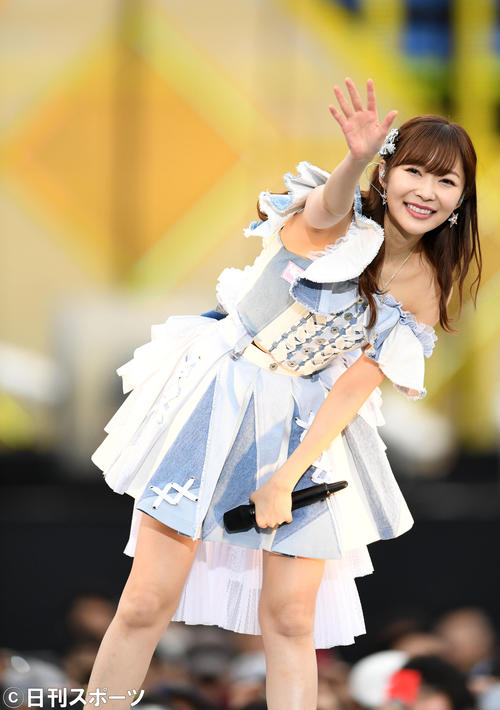 ファンに手を振るHKT48の指原莉乃(撮影・横山健太)