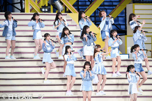 メインステージで熱唱するHKT48(撮影・横山健太)