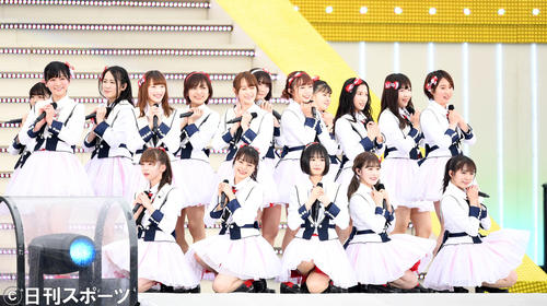 メインステージで熱唱するNGT48(撮影・横山健太)