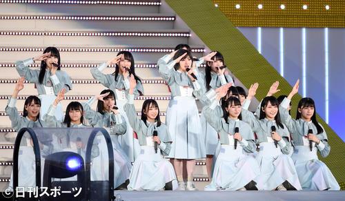 熱唱するSTU48(撮影・横山健太)