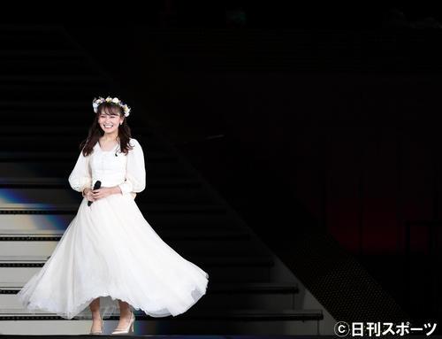 卒業セレモニーで笑顔を見せるAKB48の小嶋真子(撮影・横山健太)