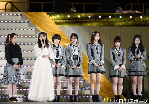 卒業セレモニーでファンにメッセージを伝えるAKB48の小嶋真子(左から2人目)(撮影・横山健太)