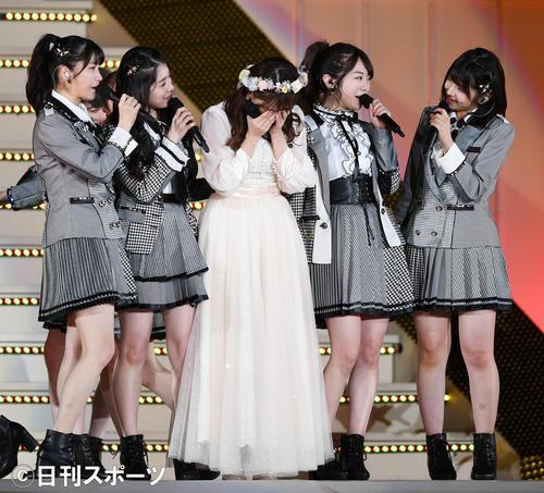 卒業セレモニーで涙を流すAKB48の小嶋真子(中央)(撮影・横山健太)