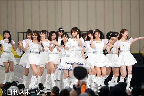 メインステージで熱唱するNMB48(撮影・横山健太)