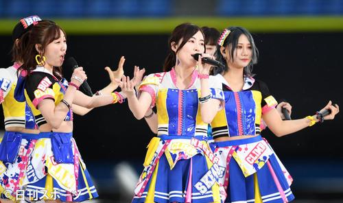 メインステージで熱唱するSKE48(撮影・横山健太)