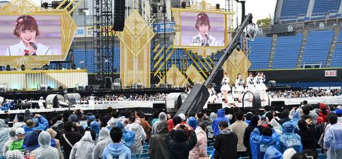 熱唱するNGT48(撮影・横山健太)
