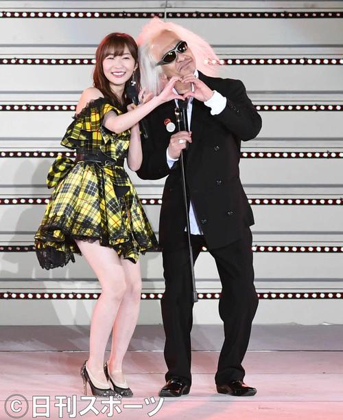 指原莉乃は、内田裕也さんに扮したダウンタウン松本人志とハートマークで笑顔を見せる(撮影・山崎安昭)