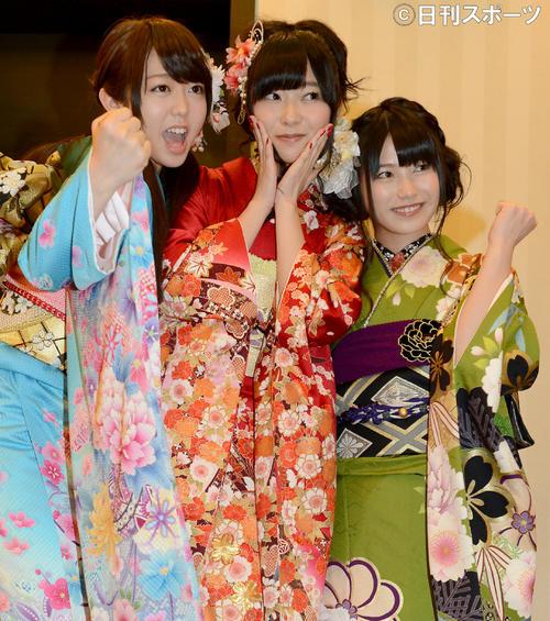 13年1月、成人式で峯岸みなみ(左)、横山由依(右)とポーズをとる指原莉乃