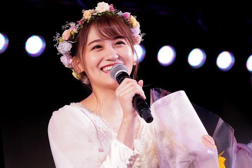 卒業公演で笑顔を見せる小嶋真子 (C)AKS