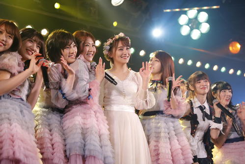 卒業公演を行った小嶋真子(右から4人目) (C)AKS