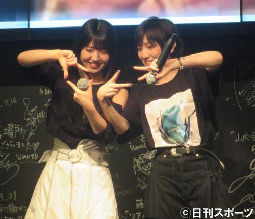 オープニングで「スキャンダラスに行こう ! 」を披露した村山彩希(左)と岡田奈々