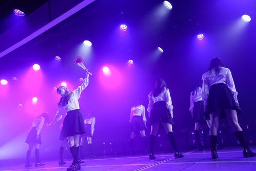 卒業公演で「黒い羊」を披露したNGT48山口真帆(中央)ら(C)AKS