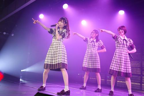 卒業公演で歌うNGT48の、左から山口真帆、長谷川玲奈、菅原りこ (C)AKS