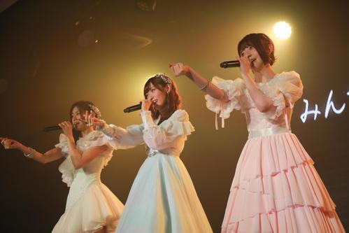 卒業公演で秋元康氏が書きおろした新曲「太陽は何度でも」を歌うNGT48の、左から長谷川玲奈、山口真帆、菅原りこ(C)AKS