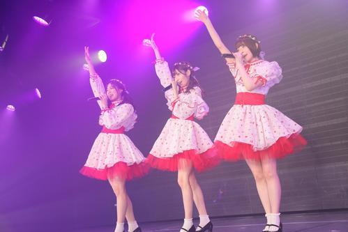 卒業公演で歌うNGT48の、左から長谷川玲奈、山口真帆、菅原りこ(C)AKS