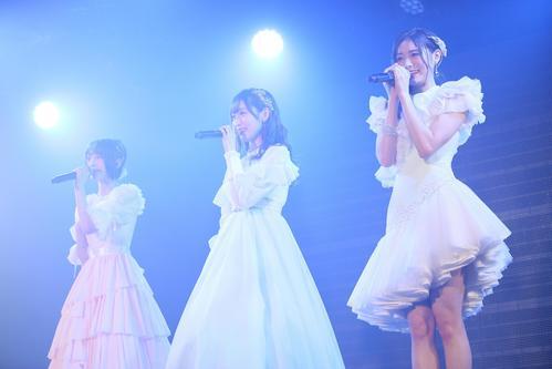 卒業公演でドレス姿で歌うNGT48の、左から菅原りこ、山口真帆、長谷川玲奈(C)AKS