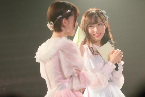 卒業公演で菅原りこ(左)からの手紙に感激する山口真帆(C)AKS