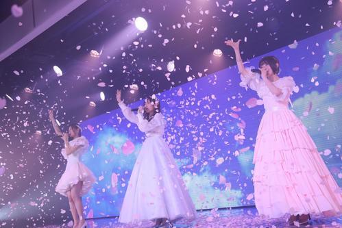 卒業公演の最後に「桜の花びらたち」を歌うNGT48の、左から長谷川玲奈、山口真帆、菅原りこ(C)AKS