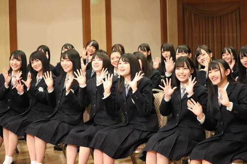 3枚目のシングル発売が決まったSTU48。右から3人目はセンターの瀧野由美子(C)東北新社