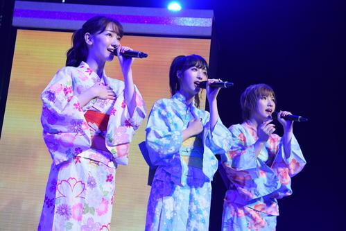 約4年ぶりとなった全国ツアーの初日公演で浴衣姿で歌うAKB48の、左から柏木由紀、小栗有以、岡田奈々