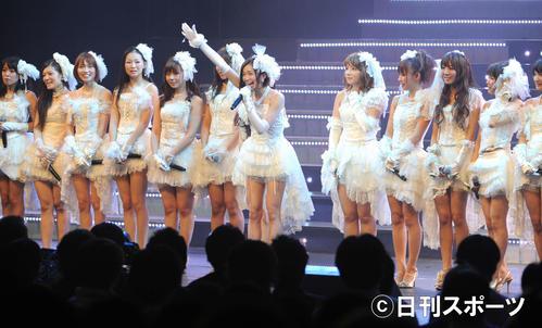卒業コンサートのダブルアンコールを終え名前を叫びあいさつするSDN48の芹那(2012年3月31日撮影)