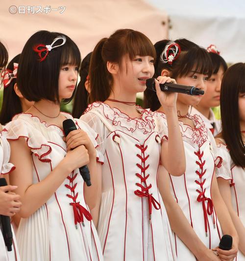 「TOKYO IDOL FESTIVAL」であいさつするNGT48の荻野由佳(中央)、左は高倉萌香(撮影・柴田隆二)