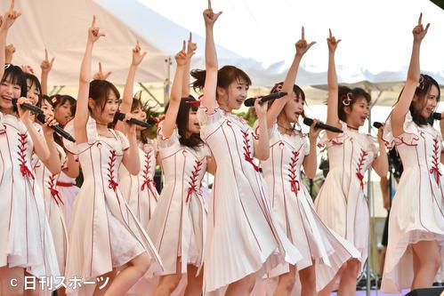 「TOKYO IDOL FESTIVAL」でミニライブをするNGT48。中央は荻野由佳(撮影・柴田隆二)