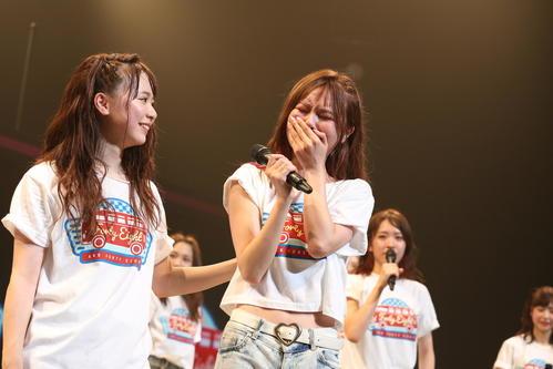 全国ツアー埼玉公演で涙するAKB48チームKキャプテンの込山榛香(中央) (C)AKS