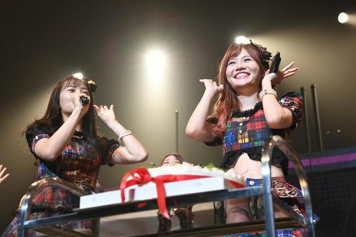 全国ツアー東京公演で誕生日を祝福されたAKB48チームKキャプテンの込山榛香(右)(C)AKS