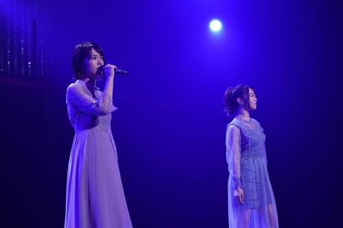 全国ツアー東京公演で「また あなたのことを考えてた」をデュエットするAKB48小田えりな(左)と峯岸みなみ(C)AKS
