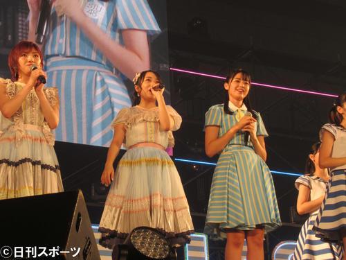 「AKB48・STU48インテックス大阪2グループ合同握手会」のライブに出演する左から岡田奈々、向井地美音、瀧野由美子(撮影・星名希実)