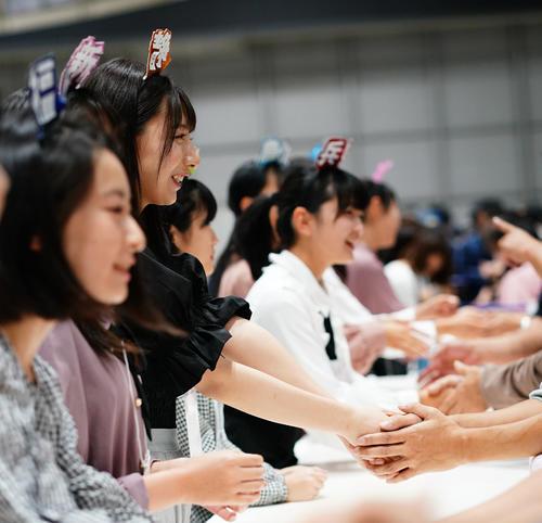 握手会に初参加したAKB48チーム8の新メンバー(C)AKS