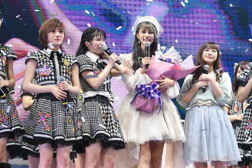 AKB48初の台湾単独公演で卒業セレモニーが行われたチームTPの阿部マリア(右から2人目)。左から岡田奈々、横山由依、1人おいて伊豆田莉奈(C)AKS