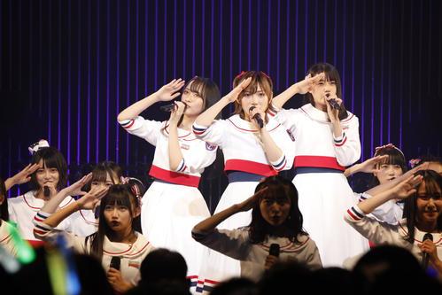初の全国ツアー初日公演を行った岡田奈々(中央)らSTU48