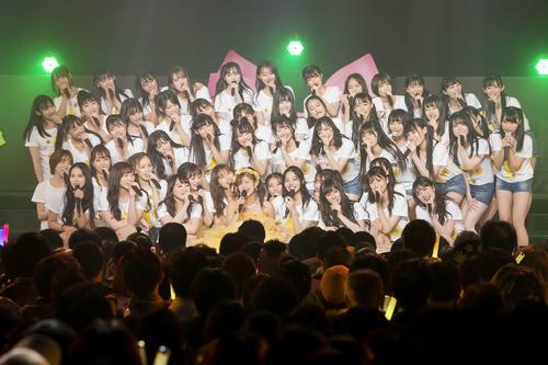 卒業コンサートを行ったNMB48谷川愛梨(前列中央)(C)NMB48
