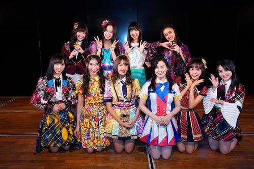 AKB48劇場に登場した海外姉妹グループのエースたち。前列左からAKB48小栗有以、JKT48シャニ、BNK48モバイル、MNL48アビー、Team SHリュウネン、向井地美音、後列左からTeam TPピンハン、SGO48アンナ、CGM48シター、DEL48グローリー(C)AKS