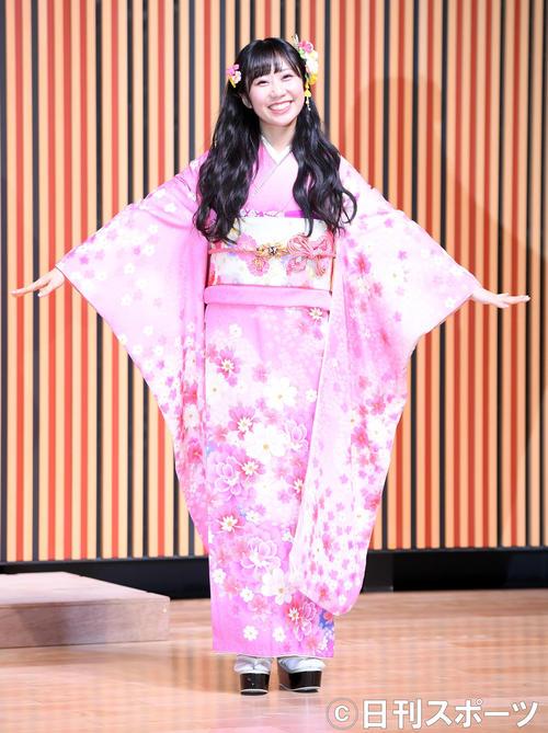 笑顔を振りまき振り袖姿を披露したHKT48上野遥(撮影・たえ見朱実)