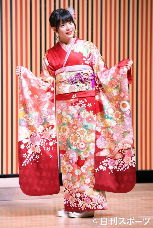 笑顔を振りまき振り袖姿を披露したHKT48長野雅(撮影・たえ見朱実)