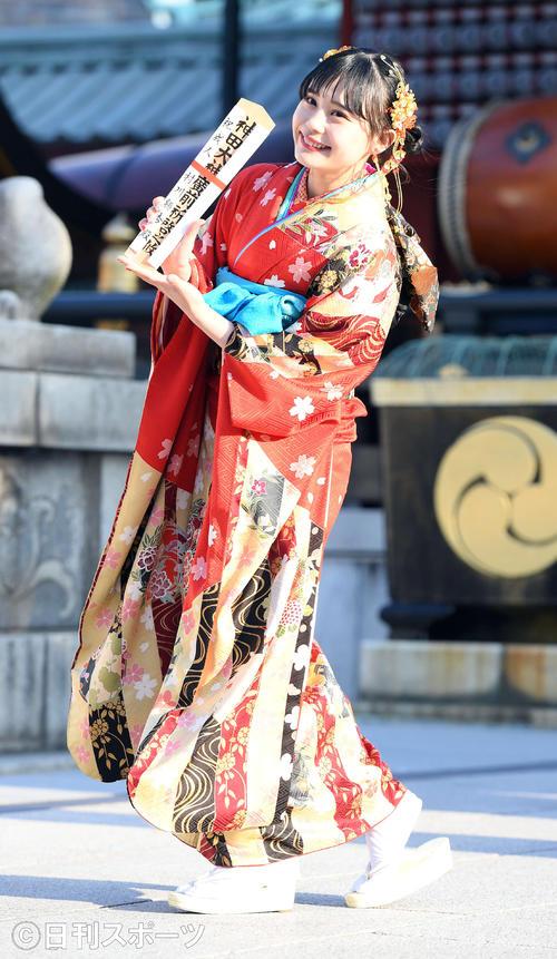 テーマは「竜宮城」。笑顔を振りまき振り袖姿を披露したHKT48村川緋杏(撮影・たえ見朱実)