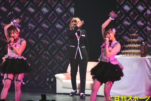 HKT48単独コンサートでROLANDに扮(ふん)する村重杏奈(中央)(撮影・大友陽平)