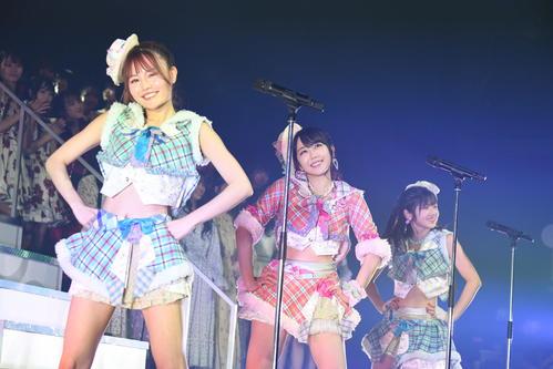「AKB48グループリクエストアワーセットリスト50」で「逆転王子様」を披露する、左から込山榛香、峯岸みなみ、村山彩希(C)AKS