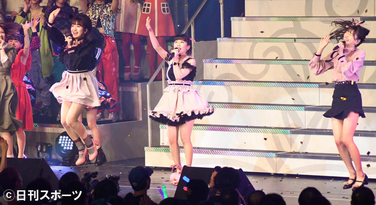 「AKB48グループリクエストアワーセットリストベスト50」で1位になった「ロマンティック病」を披露するHKT48の、左から田島芽瑠、田中美久、松岡はな(撮影・大友陽平)