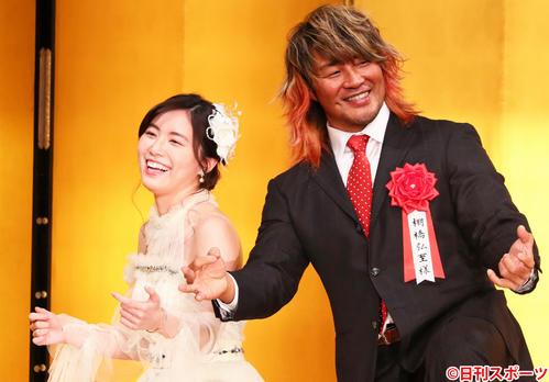 プロレス大賞MVPを受賞した棚橋弘至(右)は松井珠理奈とエアギターを披露する(2019年1月17日撮影)