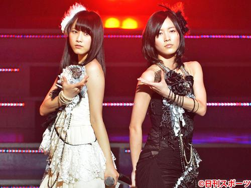 「TWO ROSES」を熱唱するSKE48の松井玲奈(左)と松井珠理奈(2013年1月25日撮影)