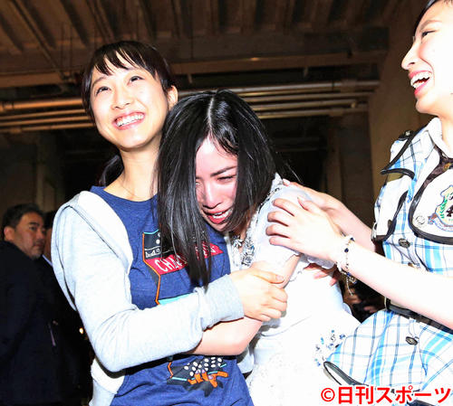 第7回AKB総選挙開票 選挙を終え松井玲奈(左)に抱きかかえられる松井珠理奈(2015年6月6日撮影)