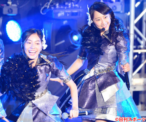 「TOKYO IDOL FESTIVAL」に出演した松井珠理奈は松井玲奈と笑顔で踊る(2015年8月1日撮影)